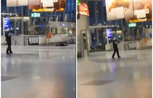 UZNEMIRUJUĆI SNIMAK sa aerodroma u Frankfurtu: Policajac uperio PIŠTOLJ, naređena evakuacija (VIDEO)