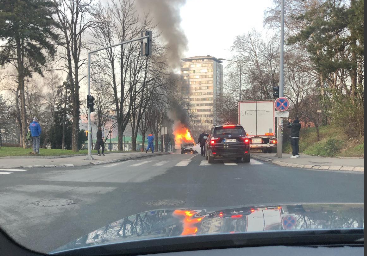 VATRA KULJA iz automobila u Beogradu! Zapalilo se vozilo nasred ulice (VIDEO)