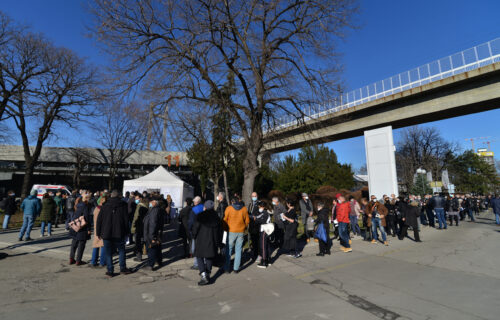 Hiljade Beograđana pohrlilo na vakcinaciju: Po ceo dan OGROMNI REDOVI ispred Beogradskog sajma (FOTO)