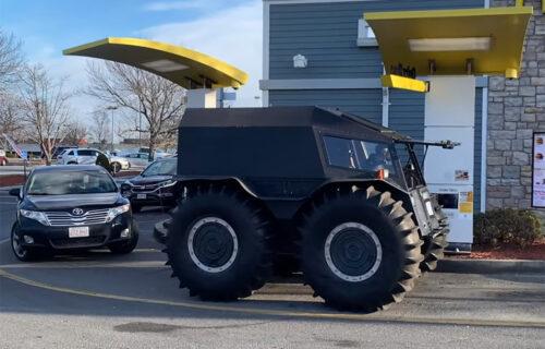 "Vozači u šoku! Jutjuber ""tenkom"" krenuo u Mekdonalds (VIDEO)"