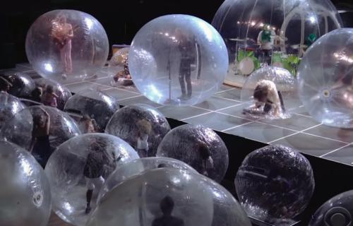 """Da li je ovo budućnost koncerata? Bend """"The Flaming Lips"""" održao nastup u balonima (VIDEO)"""