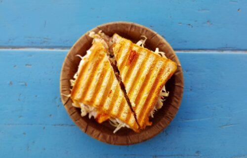 Nemate toster? Iskoristite stvar koju sigurno imate kod kuće i napravite tople SENDVIČE (VIDEO)