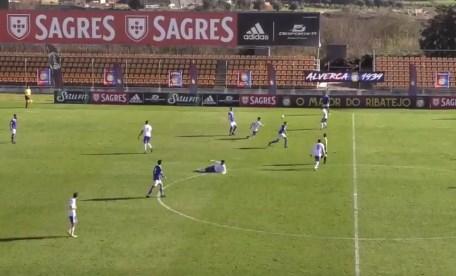 Tragedija: Preminuo fudbaler koji se srušio nasred terena! (VIDEO)
