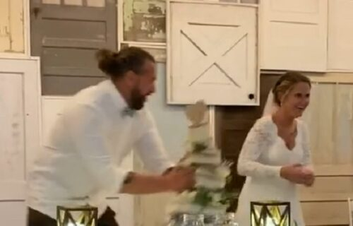 Živeli! Mladoženja na venčanju bacio veliku tortu mladoj u lice i zaprepastio goste (VIDEO)