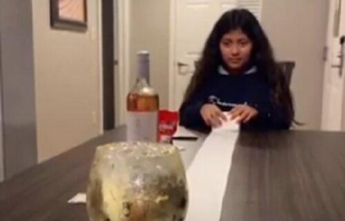 Žurka usred karantina: Takmičili se ko će s toalet papirom prvi dovući ČAŠU vina do kraja stola (VIDEO)