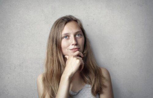 Rešite se problema koji muči mnoge žene: 5 super trikova kojima ćete sakriti PODBRADAK