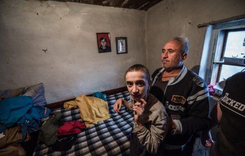 OVAJ PRIZOR lomi i najtvrđa srca: Bolesni Darko ostao bez majke, otac nadniči u manastiru za hleb (FOTO)