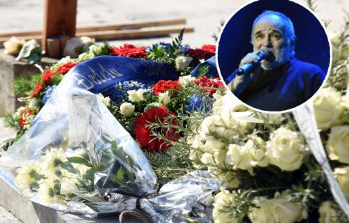 Nakon sahrane pred Balaševićevom kućom se OKUPLJAJU ljudi: Upaljeno preko 500 SVEĆA (FOTO)