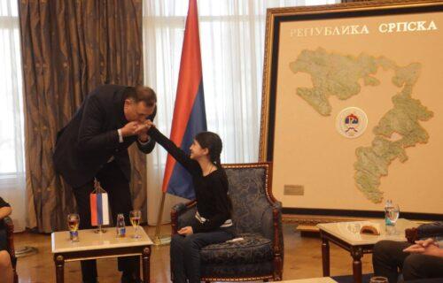 """Želi da studira na Fakultetu dramskih umetnosti: Dodik uručio stipendiju za školovanje maloj """"Dari"""""""