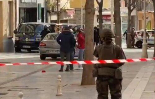 Francuska na nogama: Sa prozora bačena kutija sa odsečenom ljudskom glavom (VIDEO)