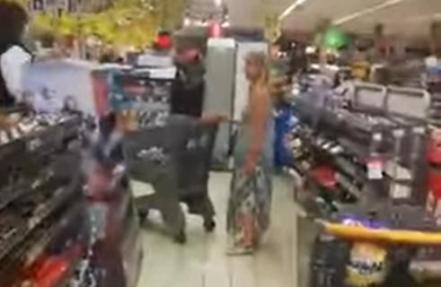 Kupci zabezeknuto gledali šta se dešava: Skinula gaćice i stavila ih na glavu umesto maske (VIDEO)