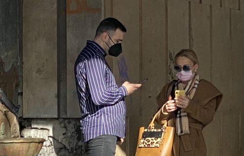 MISTERIOZNA žena se pojavila ispred Kasine: Na licu maska i naočare, SKLANJALA se od medija (FOTO)