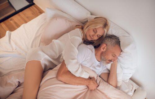 Spavate na leđima, boku ili u zagrljaju partnera? Iznenadićete se koliko poza otkriva o vašem karakteru