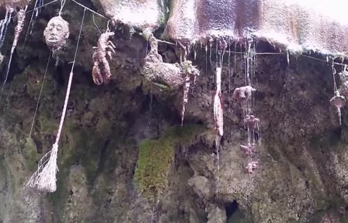 U ovoj pećini se dešavaju UŽASNE stvari: Sve se pretvara u kamen, a TAJNA leži u jednoj ženi (VIDEO)