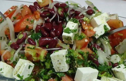 Bolja od bilo kog jela: Fantastična salata sa crvenim pasuljem i slaninom (RECEPT+VIDEO)