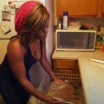 Najveća CICIJA na svetu: Ima JEDNU sijalicu u kući a hranu kuva u mašini za pranje sudova! (VIDEO)