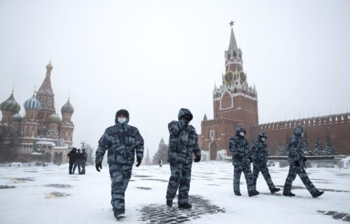 Snežna apokalipsa u Moskvi: Visina snega obara rekord iz 1956. godine, lavine zarobile automobile (VIDEO)