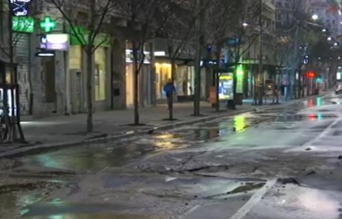 """Velika rupa na Terazijama """"progutala"""" autobus: Havarija u centru Beograda, obustavljen saobraćaj"""