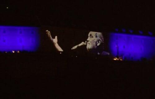 Noć kada je Đole preplivao Dunav: EMOTIVNE SCENE, ore se Balaševićeve pesme na keju u Novom Sadu (VIDEO)