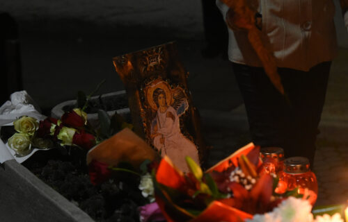 Tuga u ulici Panonskog mornara, samo MUK i suze: Novosađani pale sveće ispred Balaševićeve KUĆE (FOTO)