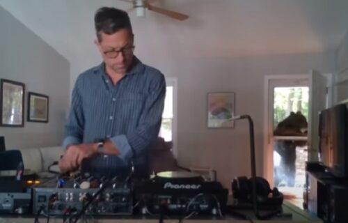 Privukao ga ritam: Di-džej nastupao u svojoj kući kada mu se na vratima pojavio komšija i to KOJI (VIDEO)