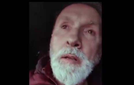 PEVA I PLAČE: Dino Merlin sa knedlom u grlu uputio Balaševiću poslednji pozdrav (VIDEO)