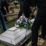 Dok su skrhani muževi sahranjivali svoje supruge, čudna devojka im je radila nešto ODVRATNO