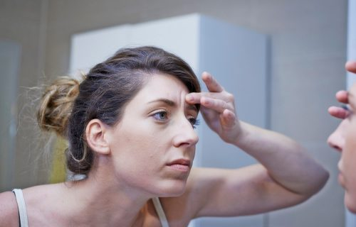 Ostanite zauvek mladi: 5 trikova za brisanje bora sa čela na prirodan način