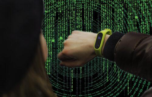 Novi MATRIKS-gedžet pretvara ljude u BATERIJE za napajanje mobilnih uređaja (VIDEO)