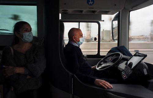 Ruke pored volana! Ovaj vozač autobusa NE KRŠI zakon, evo i zašto (VIDEO)