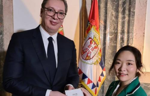 Vučić recitovao pesmu Desanke Maksimović kineskim prijateljima: Knjigu poklonio novinarki (FOTO)