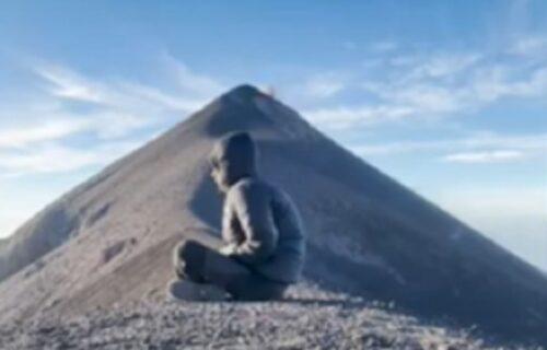 Bio je na pravom mestu u pravo vreme: Meditirao kraj vulkana, a onda je samo EKSPLODIRAO (VIDEO)