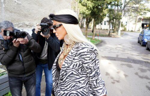 Svi pričaju o njenom današnjem stajlingu: JK pokazala BRADAVICE u minijaturnom, providnom brusu (FOTO)