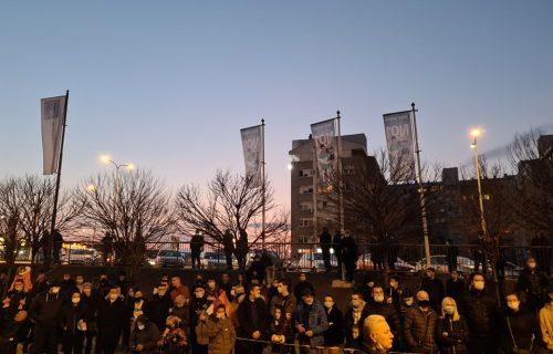 Beograd slavi Đokovića: Građani se okupili ispred restorana, čeka se samo Novak! (FOTO)
