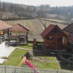 Pre će u štalu nego u šetnju: Srpski turizam cveta u doba korone, umesto da odmaraju, gosti ovde - RADE
