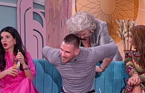 Glumica u emisiji pokušala da SKINE pevača, on POCRVENEO: Želela je da vidi samo jedno! (FOTO)