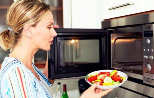 Godinama pravimo istu grešku: OPASNO! 8 namirnica koje ne smeju da se podgrevaju u mikrotalasnoj