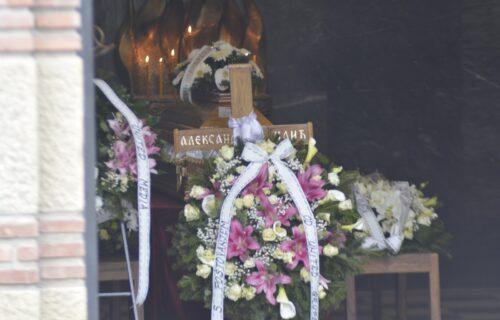 Prijatelji i porodica okupljaju se na groblju: Sanja Ilić će biti sahranjen pored svoje najveće ljubavi