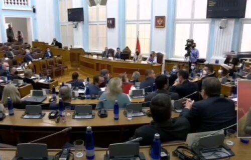 INCIDENT u Skupštini Crne Gore: Milov poslanik GAĐAO Aleksu Bečića poslovnikom (VIDEO)