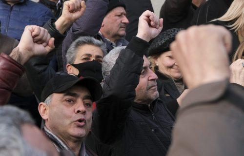 Državni udar u Jermeniji: Demonstranti upali u zgradu vlade, taži se ostavka premijera