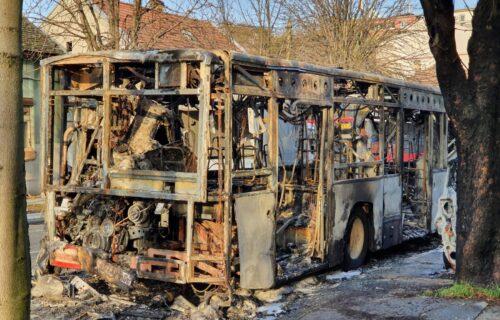 Užas u Zemunu: Autobus i automobil potpuno IZGORELI, pogledajte slike sa lica mesta (FOTO)