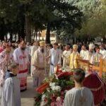 SAHRANJEN vladika Atanasije: Pogrebna povorka prošla ulicama Trebinja do manastira Tvrdoš