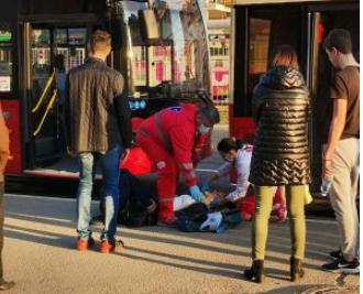 JEZIVA NESREĆA u Beogradu: Žena istrčavala iz autobusa, putnici je gurnuli? (UZNEMIRUJUĆE FOTOGRAFIJE)