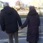 Beograd je danas pričao samo o njima: Baka i deka ODUŠEVILI građane prestonice, prizor topi srca (FOTO)