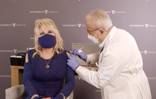 Snimak Doli Parton je obišao svet: Pevala je dok je primala vakcinu (VIDEO)