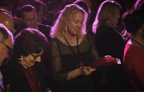 Direktor firme je svakom radniku dao crvenu KOVERTU: Kada su videli šta je u njima, ŠOKIRALI SE (VIDEO)