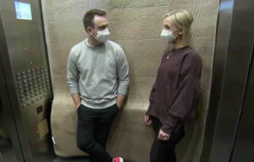 Komšije se zaglavile u LIFTU: Dok su čekale pomoć, ona mu je OVOM rečenicom promenila život (VIDEO)