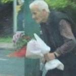 Žurio je sa poklonom u ruci, a svi su se ODUŠEVILI: Ovaj deka je danas bio glavna priča u Beogradu (FOTO)