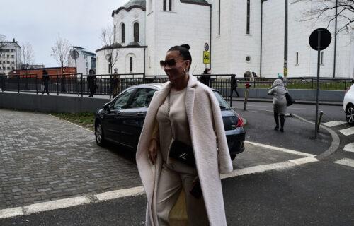 Ceca nasmejana stigla na SUĐENJE sa Jelenom Karleušom: Lice sakrila ogromnim NAOČARIMA i maskom (FOTO)