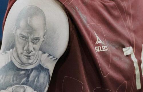 Posvetio pobedu prijatelju koji je preminuo od infarkta! Tetovaža koja ledi krv u žilama! (FOTO)